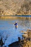 Flyga fiskaren Enjoying Fishing för regnbågeforell på den Roanoke floden, Virginia, USA royaltyfri foto