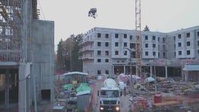 Flyga högt ovanför stor och dammig för konstruktionsplats för tung bransch zon, vinter gem Konstruerande och görande bredare bedö stock video