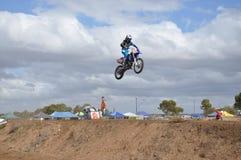Flyga högt på cykeln Royaltyfria Foton