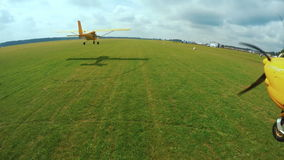 Flyga i ett ljust flygplan Kameran fästas till vingen av flygplanet arkivfilmer
