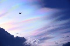 Flyga i färgrik himmel för skymning Royaltyfri Foto