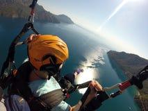 Flyga i himlen ovanför den laguna Paraglidingtandemcykeln Arkivbilder