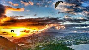 Flyga i solnedgången Arkivfoton