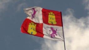 Flyga i vinden den Leon flaggan på bakgrunden för blå himmel arkivfilmer
