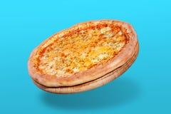 Flyga italiensk ostpizza, på punchy bakgrund för turkos, begrepp arkivbild