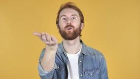 Flyga kyssen av rödhårig manmannen, gul bakgrund stock video
