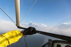 Flyga längs Annapurnaen, Nepal Royaltyfri Foto