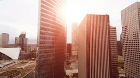 Flyga mellan skyskrapor arkivfilmer