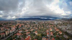 Flyga mellan staden och den stormiga himlen Royaltyfria Foton