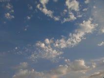 Flyga mig till månen till och med molnen arkivfoton
