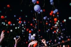 Flyga natt för guling- och blåttballonghimmel royaltyfri bild