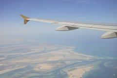 Flyga ovanför Abu Dhabi Arkivbild