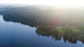 Flyga ovanför den dimmiga sjön tidigt på morgonen stock video