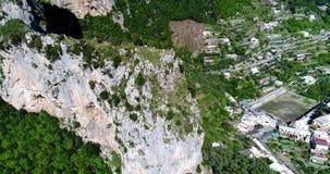 Flyga ovanför det Montepertuso hålet i berg nära Poistano i Italien stock video