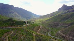 Flyga ovanför härligt landskap och berget på Gran Canaria arkivfilmer