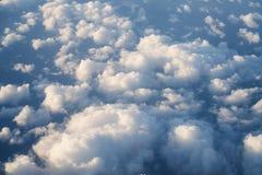 Flyga ovanför molnen i middagar arkivfoton