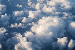 Flyga ovanför molnen i middagar royaltyfri fotografi