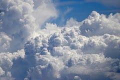 Flyga ovanför molnen på 30.000 ft royaltyfri fotografi