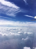Flyga ovanför vita stackmolnmoln Royaltyfria Bilder