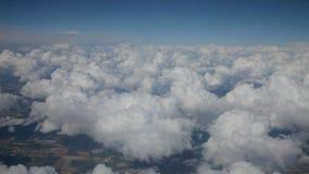 Flyga ovannämnda moln arkivfilmer