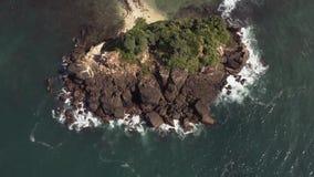Flyga på ett surr över havet stock video