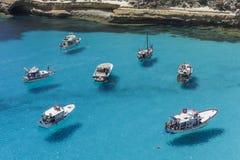 Flyga på vattnet i det Lampedusa havet royaltyfri fotografi