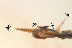 Flyga skärm och aerobatic show av saudierhökar visa laget i den Bahrain internationalen Airshow Royaltyfri Bild