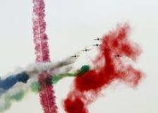 Flyga skärm och den aerobatic showen av Al Fursan UAE visa laget i den Bahrain internationalen Airshow Fotografering för Bildbyråer