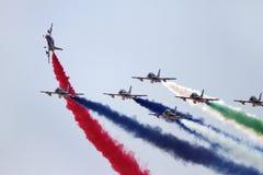 Flyga skärm och den aerobatic showen av Al Fursan UAE visa laget i den Bahrain internationalen Airshow Arkivfoto