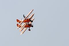 Flyga skärm och den aerobatic showen av Breitlingen Wingwalkers Arkivbilder