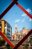 Flyga solo runt om staden av Girona arkivbild
