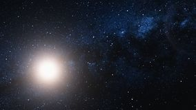 Flyga till och med ett stjärnafält och sol i yttre rymd