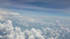 Flyga till och med moln lager videofilmer