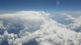 Flyga till och med moln arkivfilmer