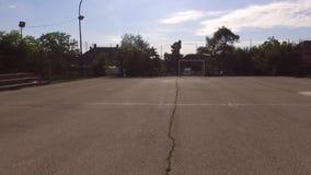 Flyga tillbaka över ett tomt fält för en liten fotboll lager videofilmer