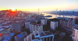 Flyga tillbaka ovanför det Vladivostok centret på härlig soluppgång Ryssland lager videofilmer
