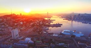 Flyga tillbaka ovanför det Vladivostok centret på härlig soluppgång Ryssland stock video