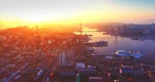 Flyga tillbaka ovanför Vladivostok stadsbostadsområde Soluppgång Ryssland stock video
