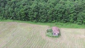 Flyga tillbaka till och med skogen ett gammalt hus bredvid en skog lager videofilmer
