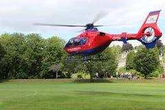Flygambulanshelikopterlandning i ängarna Tavistock royaltyfria foton