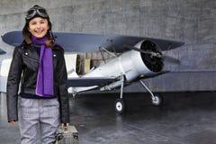 Flygare lycklig flicka som är klar att resa med nivån. Arkivfoto