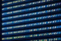 Flygavvikelse och ankomster av informationsbrädet om nivåer i flygplats royaltyfri foto