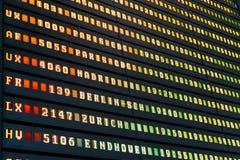 Flygavvikelse och ankomster av informationsbrädet om nivåer i flygplats arkivbilder