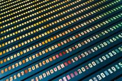 Flygavvikelse och ankomster av informationsbrädet om nivåer i flygplats royaltyfri bild