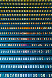 Flygavvikelse och informationsbräde om ankomster i flygplatsterminal royaltyfria foton