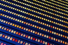 Flygavvikelse och informationsbräde om ankomster i flygplatsterminal arkivbilder