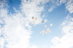 Flygbaloons på den soliga dagen arkivfoto