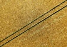 Flygbild abstrakt begreppbild av en fåra i fältet efter th Royaltyfria Foton