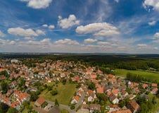 Flygbild av byn Tennenlohe nära staden av Erlangen royaltyfria foton