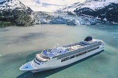 Flygbild av den Alaska glaciärfjärden med kryssningskeppet royaltyfri foto